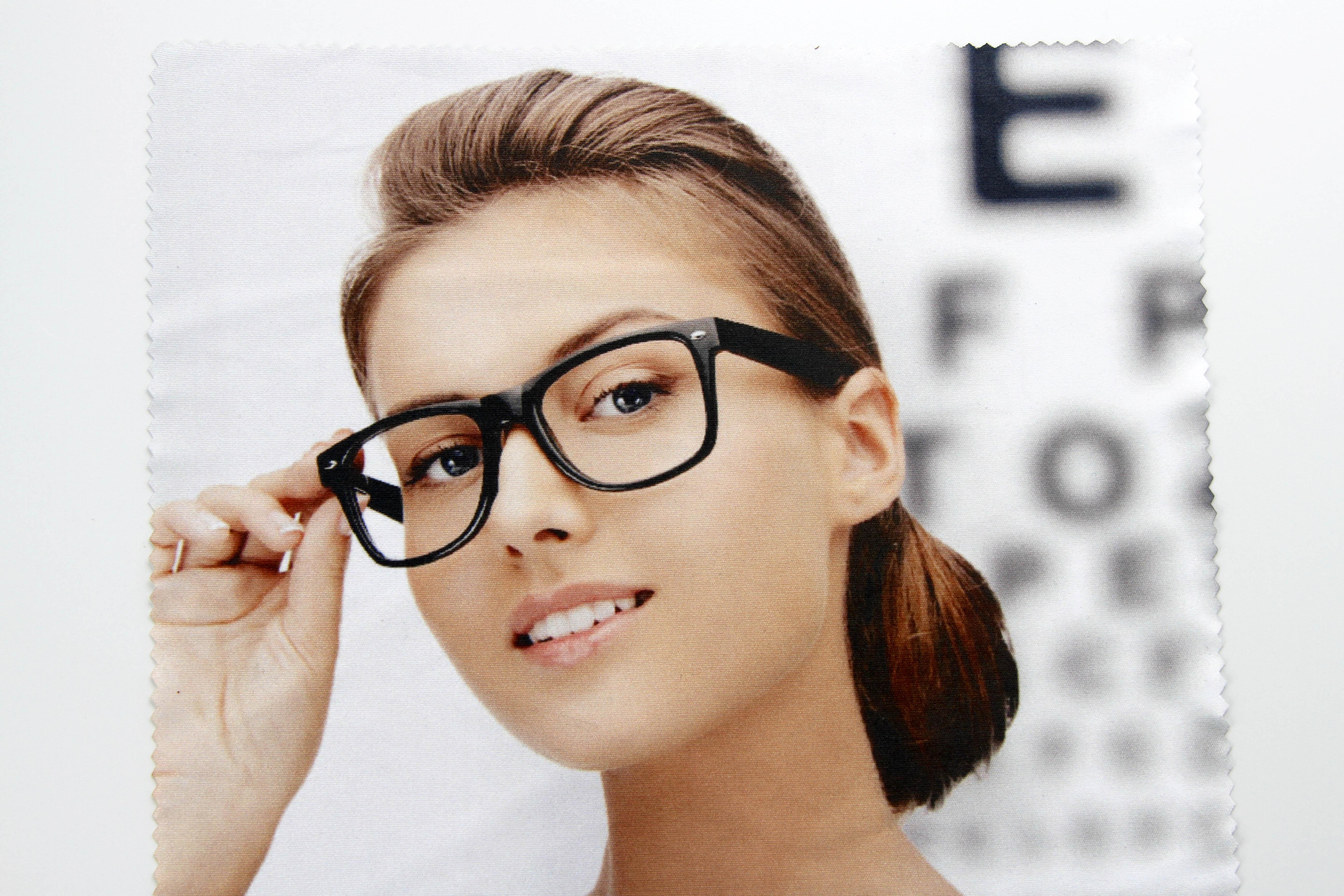 Druckbeispiel-Frau-mit-Brille-Helome-Microfiber-Microfaser-Brillenputztuch-www-helome-kl5oQL75MMJN2jZ